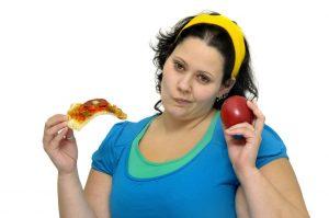 pessoa obesa segurando alimentos para comer